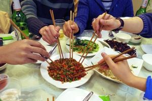 еда  с помощью китайских палочек