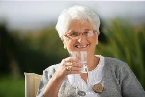 пить стакан воды